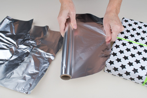 Geschenke in folie einpacken anleitung