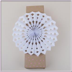 diy geschenke einpacken bastelidee geschenkverpackung mit einem faltstern mit schritt f r. Black Bedroom Furniture Sets. Home Design Ideas