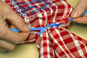 Geschenke verpacken diy bastelidee geschenkverpackung for Schleife binden geschenk