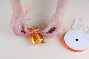 Diy geschenke verpacken bastelidee geschenkverpackung for Schleife binden geschenk