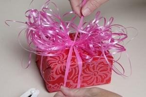 schleife binden geschenk