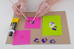 diy karten selbst gestalten bastelidee karten basteln mit frischen bl ten basteln mit dem. Black Bedroom Furniture Sets. Home Design Ideas